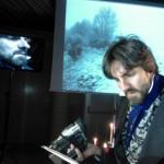 Gabriele Argazzi in scena nello spettacolo dedicato a Michael Faraday